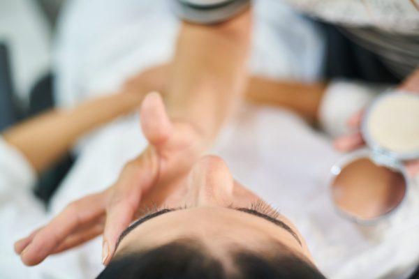 Penyebab bruntusan: Salah produk perawatan wajah