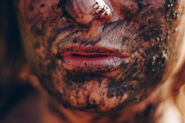Penyebab bruntusan: Wajah kotor